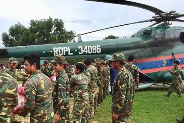 Lực lượng quân đội Lào huy động trực thăng cứu hộ lũ lụt sau vỡ đập. Ảnh: VOV.