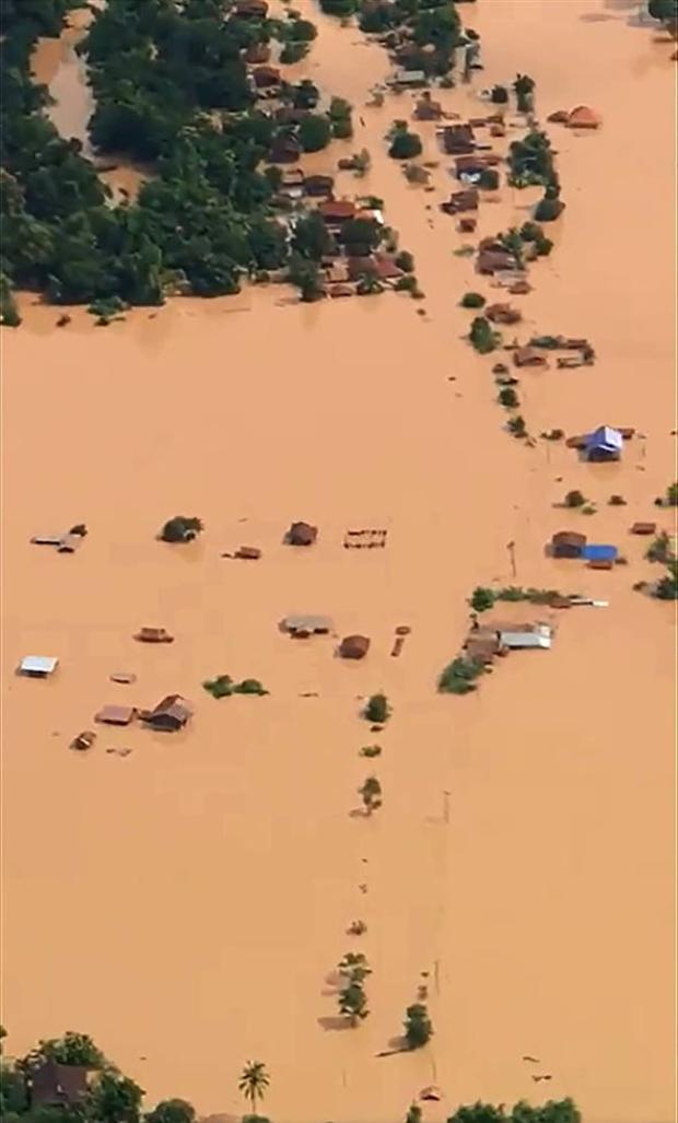 Thảm cảnh vỡ đập khiến hàng ngàn người mất tích ở Lào. Ảnh: Dân Việt.