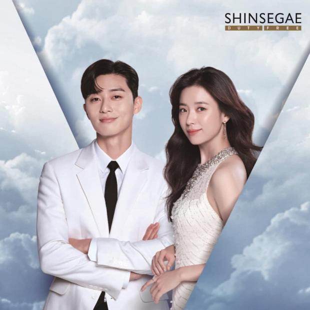 Hìnhảnh của Park Seo Joon và Han Hyo Joo doShinsegae Duty Free phát hành.