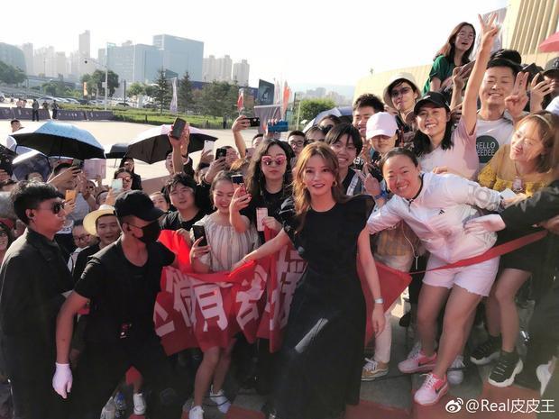 Hình ảnh Triệu Vy bên cạnh người hâm mộ. Tuy không còn tham gia đóng phim thường xuyên nhưng Triệu Vy vẫn xuất hiện đều trên phương tiện truyền thông