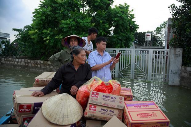 Những ngày mưa lũ, mì tôm trở thành thực phẩm chính yếu.
