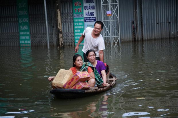 Mọi tuyến đường tại huyện Chương Mỹ đều chìm trong biển nước.