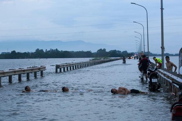 Nhiều người ra giữa đường để… tắm, tập bơi.
