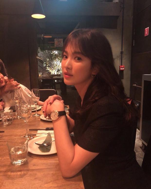 Song Hye Kyo vẫn nạp đủ dưỡng chất thiết yếu, năng lượng cho cơ thể với 2 bữa ăn chính là sáng và trưa, cô tránh ăn các loại thực phẩm có chứa quá nhiều calo, chú ý cân bằng các loại thực phẩm, nạp nhiều rau xanh, rau củ quả vào khẩu phần của mình.