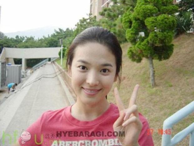 Bên cạnh chế độ ăn uống, dù lịch trình dày đặc, Song Hye Kyo vẫn dành 15 phút tập thể dục mỗi ngày để cơ thể khỏe mạnh, dẻo dai, đốt cháy mỡ thừa nhanh chóng và duy trì làn da đẹp, tràn đầy sức sống.