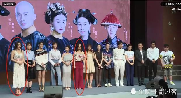 """Vị trí C trung tâm của Xa Thi Mạn (áo đỏ) và nghi vấn """"bằng mặt không bằng lòng"""" với Tần Lam (áo trắng bên trái)"""
