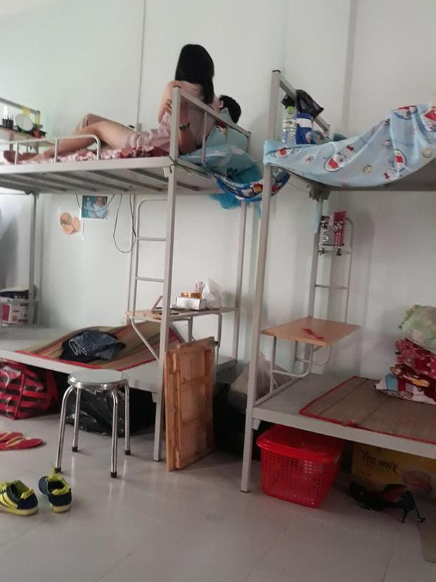 Thêm một cô nàng dẫn bạn trai về phòng kí túc xá thân mật khiến bạn cùng phòng muốn đi vệ sinh cũng chẳng dám
