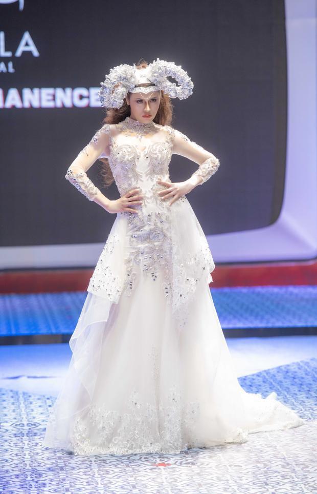 Với kinh nghiệm trình diễn thời trang cùng khả năng catwalk được đào tạo bài bản, Thư Dung được NTK giao cho vị trí mở màn show diễn và vedette kết show.