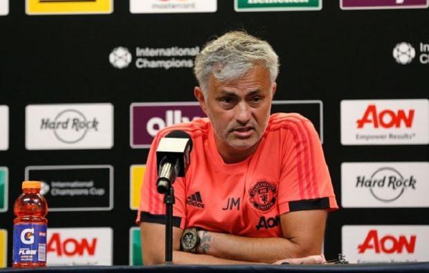 Mourinho tỏ ra hậm hực khi không được bổ sung thêm 2 tân binh nữa. Ảnh: Getty.