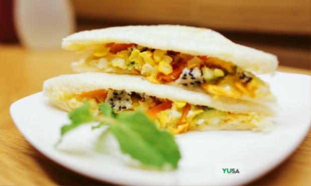 Sandwich mix pha trộn phong cách Á Âu là một trong những món bán chạy nhất, thơm phưng phức.