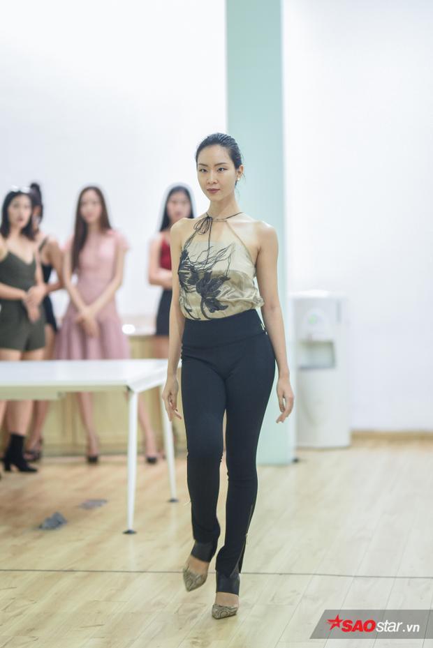 Đông Hạ tiếp tục nhận nhiều lời khen về phong thái catwalk uyển chuyển, thần thái tự tin.