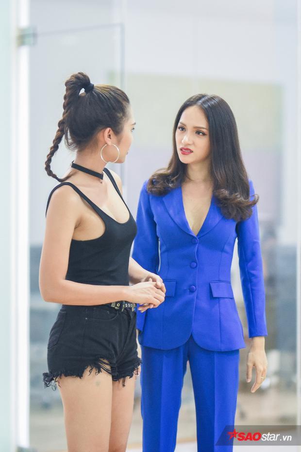 Không phải người mẫu chuyên nghiệp, nhưng với kinh nghiệm làm vedette trong nhiều show thời trang, Hương Giang đã chia sẻ với các thí sinh nhiều kinh nghiệm quý báu trong việc xử lý tình huống, đồng thời giữ được thần thái chuyên nghiệp trên một sân khấu lớn.