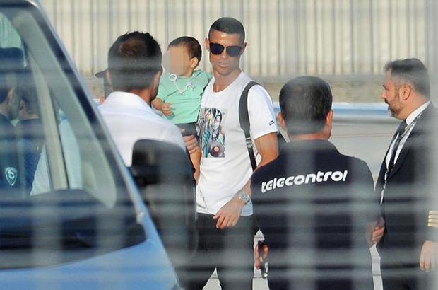 Trong chuyến đi này, Ronaldo đưa cả cậu con trai Mateo đi cùng.