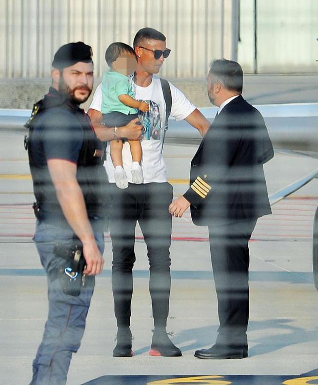 Sau khi gặp gỡ các đồng đội mới, Ronaldo sẽ tập luyện cùng. Kế đến, anh phải bay sang châu Á để quảng bá thương hiệu CR7 của mình.
