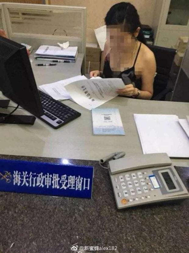 Bức ảnh chụp nữ nhân viên đã được làm mờ mặt và một số chỗ nhạy cảm.