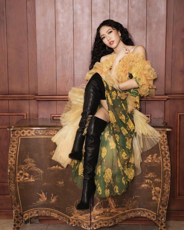 Hình ảnh quý phái pha 1 chút nổi loạn nhưng vẫn giữ được độ fashion khi người đẹp kết hợp giữa váy bèo nhún xếp tầng và boots da 1 mét.