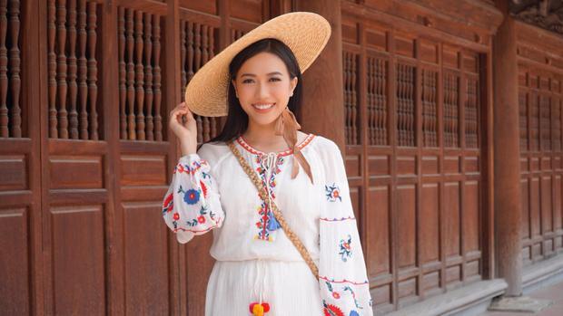 Xinh xắn, đáng yêu khi đi du lịch cùng bạn bè với phong cách vintage và mũ cói trendy.