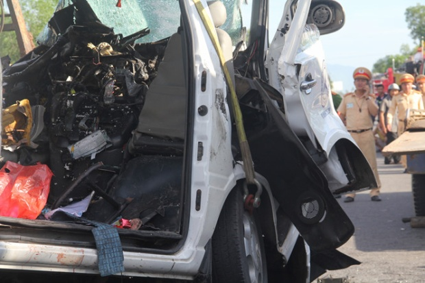 Xe ô tô 16 chỗ nát bét sau tai nạn. Ảnh Mạnh Cường.