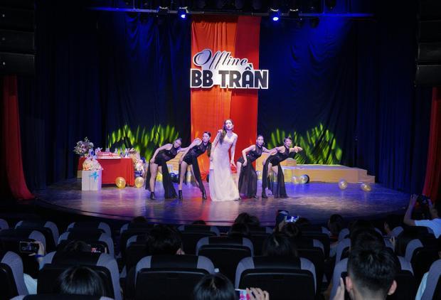 Ngay từ tiết mục mở màn đầu tiên, BB Trần đã khiến các fan phấn khích với liên khúc lip-sync 3 ca khúc cũng là các MV Parody triệu view được khán giả yêu thích: Cả một trời thương nhớ, Bùa Yêu, Talk To Me.