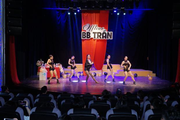 Trong phần trình diễn này, nam nghệ sĩ có màn giả gái cùng màn vũ đạo điêu luyện gửi tới khán giả.