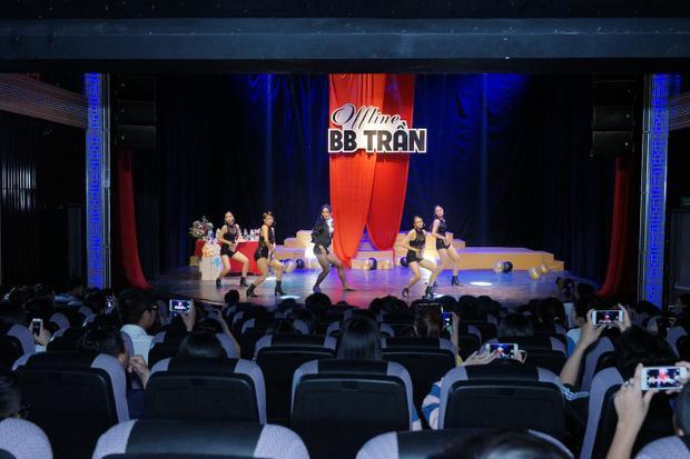 Không chỉ có phần diễn xuất ấn tượng, vũ đạo đẹp mắt, BB Trần còn khiến khán giả bất ngờ với màn thay đồ chớp nhoáng cho việc hoá thân thành 3 nhân vật khác nhau trong liên khúc.
