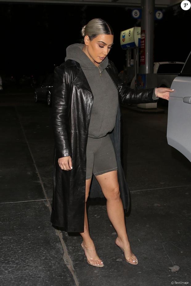 Áo dáng dài mix cùng hoodie và quần chạy xe đạp… Nếu không phải là Kim Kardashian, ắt hẳn không mấy người đẹp dám diện bộ cánh này xuống phố.
