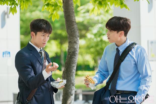 Trong phim, Jang Seung Jo đóng vaiYoon Jong Hoo, bạn và đồng nghiệp của Cha Joo Hyuk.