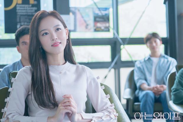 Nữ diễn viên Kang Han Na đóng vai Lee Hye Won, tình đầu của Cha Joo Hyuk từ những ngày còn ngồi trên ghế nhà trường.