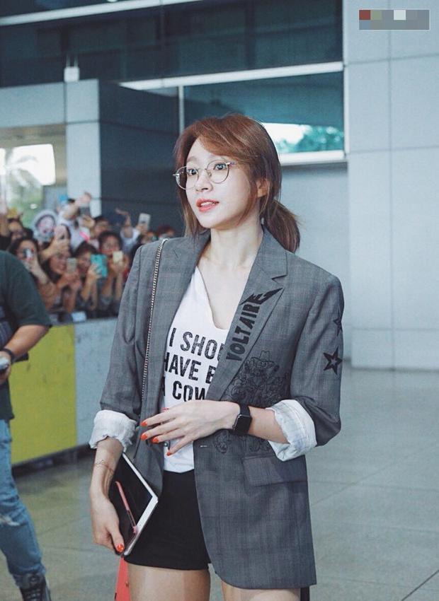 Đeo thêm kính cận và cột tóc lên thì Hani vẫn xinh đẹp chiếm trọn spotlight tại sân bay.