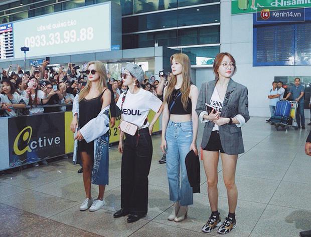 Các thành viên còn lại cũng nổi bật không kém với gu thời trang sân bay sành điệu.