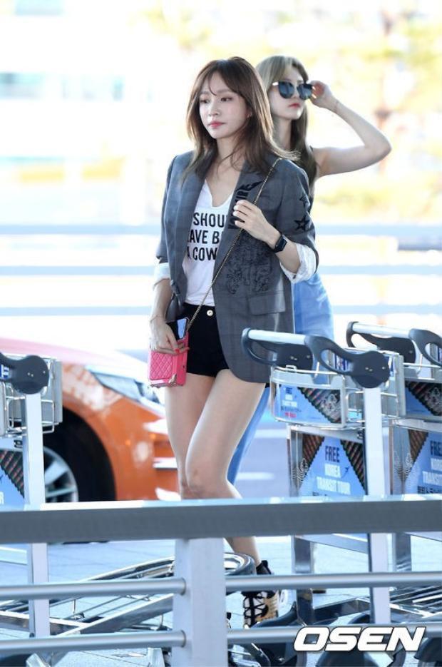 Hani xuất hiện tại sân bay với áo thun trắng đơn giản, phối cùng quàn short đen siêu ngắn khoe đôi chân thon dài.
