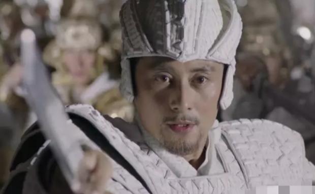 Hay bộ áo giáp của tướng quân có phần giống thạch cao hơn là kim loại.