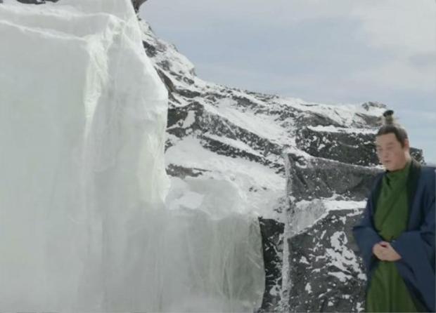"""Núi tuyết hùng vĩ nguy hiểm làm từ nylon cũng khiến không ít khán gỉa """"chết cười"""""""