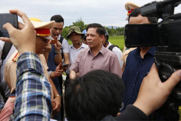 Bộ trưởng Bộ GTVT Nguyễn Văn Thể kiểm tra hiện trường vụ tai nạn. Ảnh: NLĐ