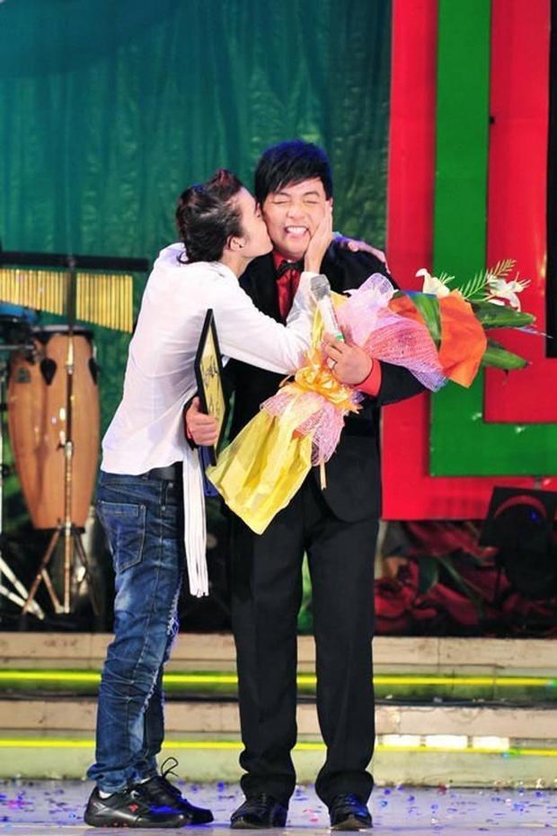 Một fan nam ôm hôn Quang Lê thật tình cảm sau màn biểu diễn của anh. Quá bất ngờ nhưng nam ca sĩ vẫn cười tít mắt chiều fan.