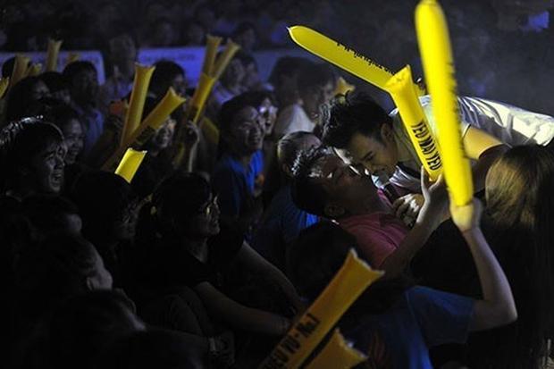 Dương Triệu Vũbị một fan nam kéo xuống hôn khi đang đứng trên sân khấu.