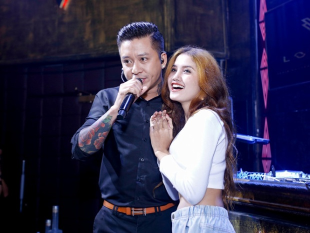 Là một ca sĩ điển trai, phong độ, không ít lần Tuấn Hưng được các fan nữ chủ động ôm hôn khi đang biểu diễn.