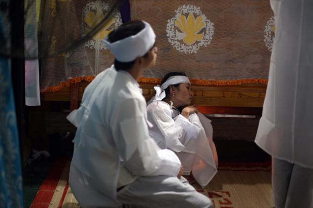 Người nhà nạn nhân khóc lịm bên linh cữu nạn nhân xấu số.