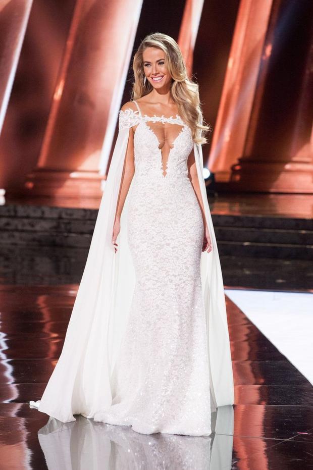 """Năm 2015, Hoa hậu MỹOlivia Jordan hóa """"nữ thần"""" trong phần thi dạ hội với thiết kế lấy cảm hứng từ hình ảnh những nàng công chúa bước ra từ tòa lâu đài lộng lẫy.. Cuối cùng bộ trang phục đơn sắc này đã mang về thành tích Á hậu 2 ở kỳ Miss Universe 2015."""