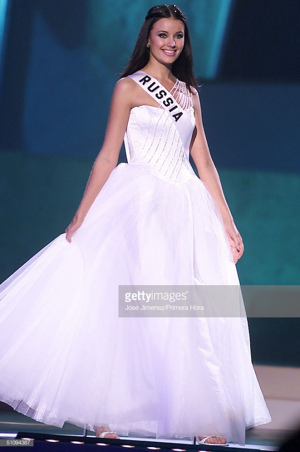 Trước đó trong đêm bán kết, mỹ nhân xứ sở Bạch dương cũng chọn một thiết kế màu trắng có kiểu dáng tương tự.