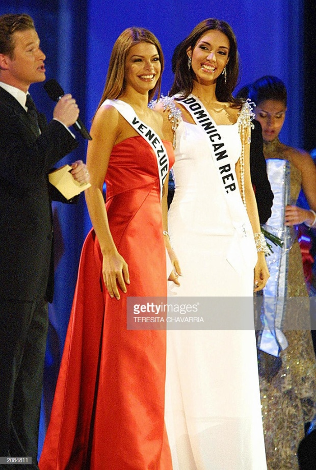 Một năm sau đó, sân khấu Miss Universe 2003 tiếp tục chứng kiến một mỹ nhân da màu diện váy trắng tinh khôi đăng quang ngôi vị cao nhất.Amelia Vega đại diện Cộng hòa Dominican nổi bật hơn rất nhiều so với mỹ nhân Venezuela nhờ vào bộ đầm dạ hội trắng nhẹ nhàng.