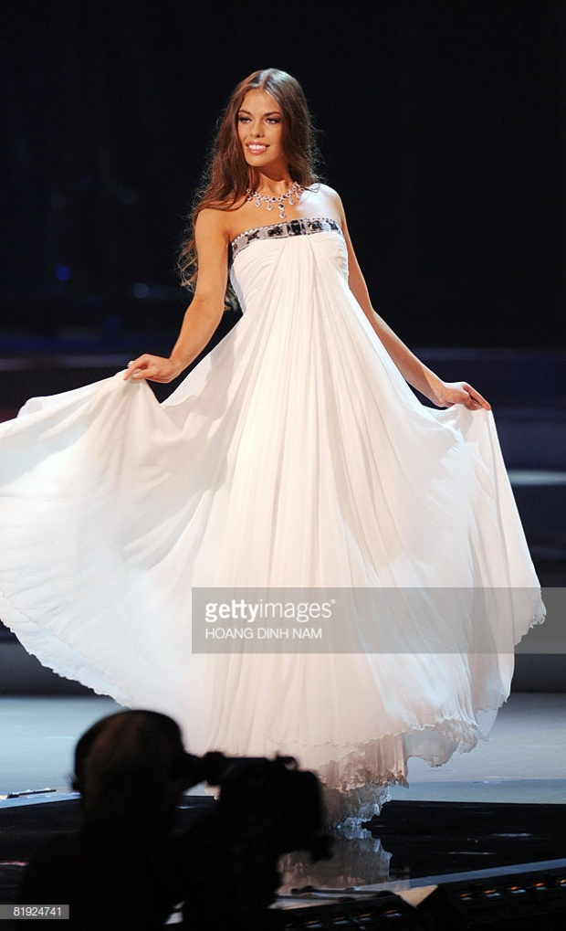 Cũng chọn sắc trắng,Vera Krasova đại diện của nước Nga cán đích Á hậu 3. Bộ cánh này khá giống với người đồng hươngOxana chiến thắng Miss Universe 2002.