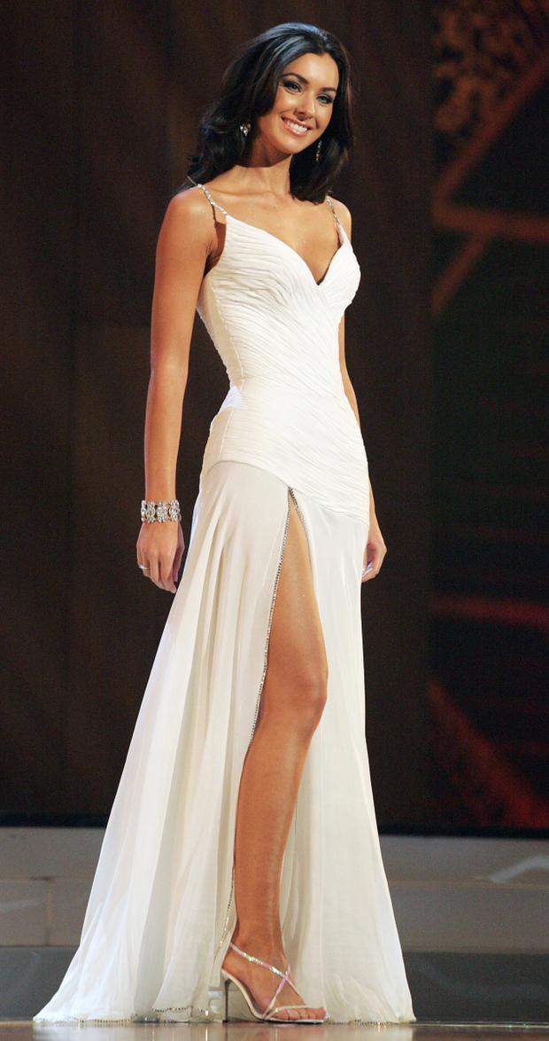 """Hai năm sau đó, Hoa hậu Canada - Natalie Glebova """"càn quét"""" sân khấu Miss Universe 2005 khi diện một thiết kế tông trắng khá gợi cảm. Kết quả cô đánh bại hơn 80 thí sinh để đăng quang ngôi vị cao nhất. Có thể thấy rằng những trang phục này không quá sa đà vào những chi tiết đính kết cầu kỳ. Điều này được H'Hen Niê đang phát huy khá tốt khi liên tiếp chọn những thiết kế đơn sắc, họa tiết trơn."""