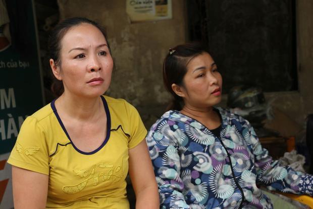 Chị Hương (áo hoa) sợ hãi sau khi ngôi nhà mình bị sạt lở xuống sông Đà.