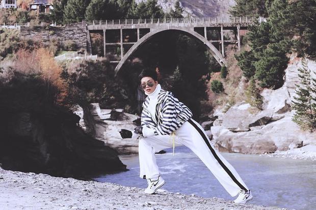 Áo khoác bomber jacket kết hợp với quần trắng sọc hai bên cộng thêm với mắt kiếng bản to vô cùng phù hợp với nàng hoa hậu