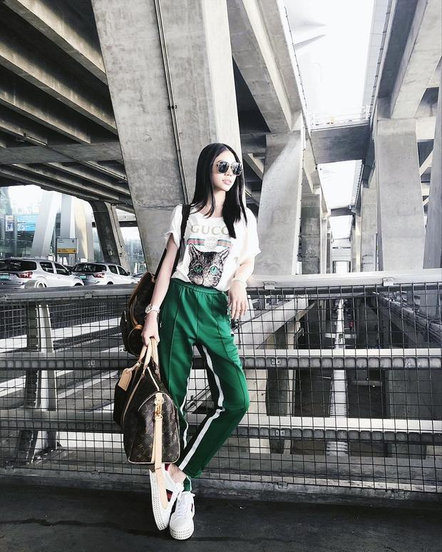 Người đẹp Jolie nâng tầm set đồ của mình bằng áo phông trắng và giày của Gucci cùng loạt túi hiệu Louis Vuitton. Cô cũng rất chuộng mốt quần kẻ sọc.
