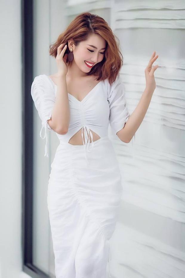 Xinh đẹp dịu dàng cùng đầm trắng hở eo đơn giản nhưng vẫn toát lên vẻ thu hút, gợi cảm.