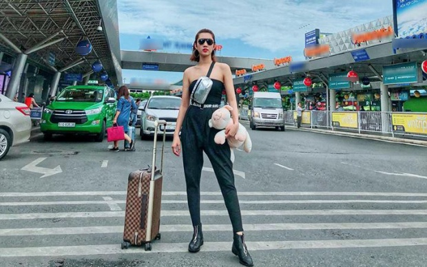 Mới đây, người đẹp gây bất ngờ khi xuất hiện với hình ảnh chất ngất tại sân bay. Cô nàng sành điệu với set đồ all black cá tính, bụi bặm.