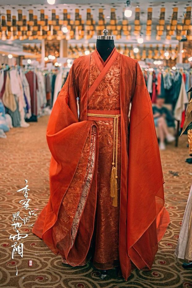 Trang phục của nhân vật Húc Phượng chủ yếu là màu vàng và màu đỏ