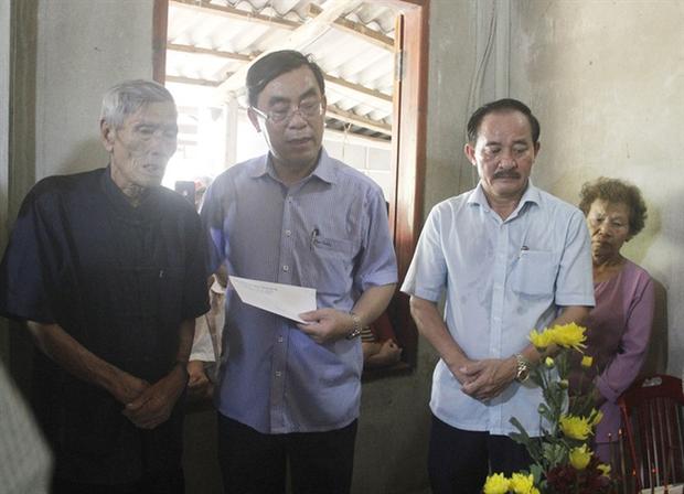 Ông Nguyễn Khắc Miễn (áo nâu) vẫn chưa tin tai họa ập đến với gia đình.